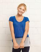 Glad och leende tonårsflicka med laptop — Stockfoto