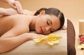 Schöne frau im massagesalon — Stockfoto