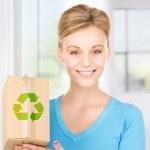 femme avec boîte recyclable — Photo