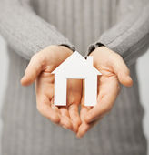Man met papier huis — Stockfoto