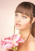 红百合花的可爱女人 — 图库照片