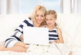 Felice madre e il bambino con il computer portatile — Foto Stock