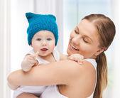 かわいい赤ちゃんの幸せな母 — ストック写真