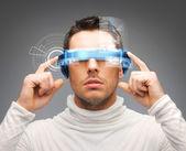 Kaufmann mit digitalen brille — Stockfoto