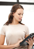 Mujer con tablet pc, computadora o touchpad — Foto de Stock