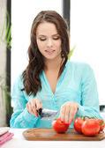 женщина в кухне нарезка овощей — Стоковое фото