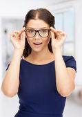 красивая женщина в очках — Стоковое фото