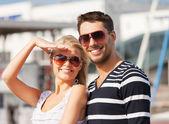 Szczęśliwa młoda para w porcie — Zdjęcie stockowe
