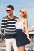 счастливая молодая пара в порту — Стоковое фото