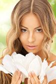 красивая женщина с лили цветок и бабочки — Стоковое фото