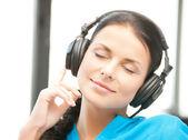 Mujer con auriculares — Foto de Stock
