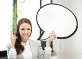 Glimlachende zakenvrouw met lege tekst zeepbel — Stockfoto