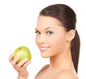 Lachende vrouw met een appel — Stockfoto