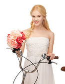 деревенская девушка с велосипедов и цветами — Стоковое фото