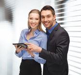 Hombre y mujer con tablet pc — Foto de Stock