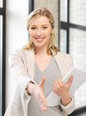 Donna con una mano aperta pronta per la stretta di mano — Foto Stock