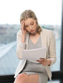 Mujer aburrida y cansada con documentos — Foto de Stock