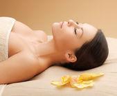 Kvinna i spasalong ligger på massage bordet — Stockfoto