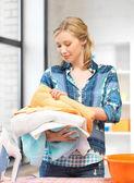 Encantadora ama de casa con toallas — Foto de Stock