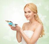 женщина с бабочка в руке — Стоковое фото