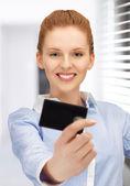 Mujer feliz con tarjeta de crédito — Foto de Stock