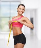Deportiva mujer midiendo su pecho — Foto de Stock
