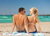 Happy couple in sunglasses on the beach — Stok fotoğraf