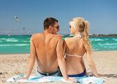 Mutlu bir çift güneş gözlüğü sahilde — Stok fotoğraf