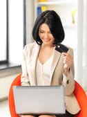Empresaria con ordenador portátil y la tarjeta de crédito — Foto de Stock