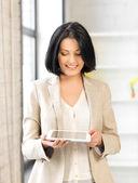 Frau mit tabletpc — Stockfoto
