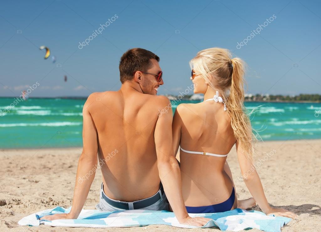 幸福的情侣在海滩上的太阳镜