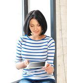 Uczeń dziewczyna z komputera typu tablet — Zdjęcie stockowe