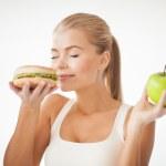 mujer que huele a hamburguesa y explotación apple — Foto de Stock