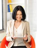 Uśmiechnięta kobieta z komputera typu tablet — Zdjęcie stockowe