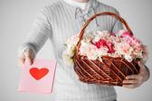 человек, держащий корзина полна цветы и открытки — Стоковое фото