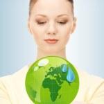 mujer sosteniendo el globo verde en sus manos — Foto de Stock