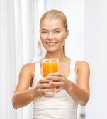 Mujer sosteniendo el vaso de jugo de naranja — Foto de Stock
