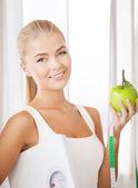 运动型女人与规模、 苹果和卷尺 — 图库照片