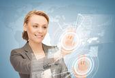 Imprenditrice toccando lo schermo virtuale — Foto Stock