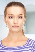 Красивая женщина в полосатый свитер — Стоковое фото