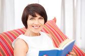 Szczęśliwa i uśmiechnięta kobieta z książki — Zdjęcie stockowe