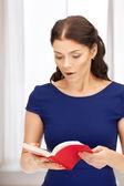 Překvapen žena s knihou — Stock fotografie