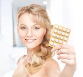 Mladá žena s prášky — Stock fotografie
