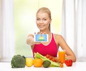Mujer con frutas, verduras y smartphone — Foto de Stock