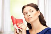 Spokojny i poważnych kobieta z książki — Zdjęcie stockowe