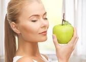 žena voní jablko — Stock fotografie