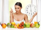 Femme avec grosse horloge — Photo