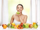 Vrouw met vruchten en groenten — Stockfoto