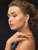 Kvinna med örhängen och ring — Stockfoto