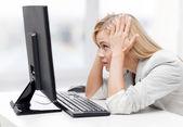 Benadrukt vrouw met computer — Stockfoto
